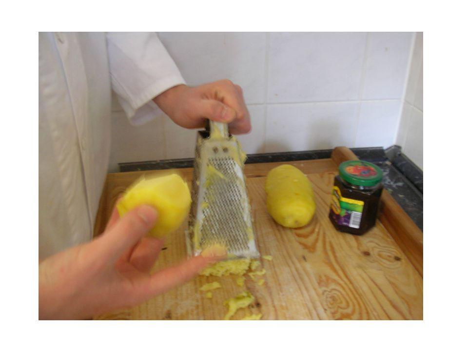 V naprosté většině tyto moučníky připravujeme z brambor vařených ve slupce (oloupaných).