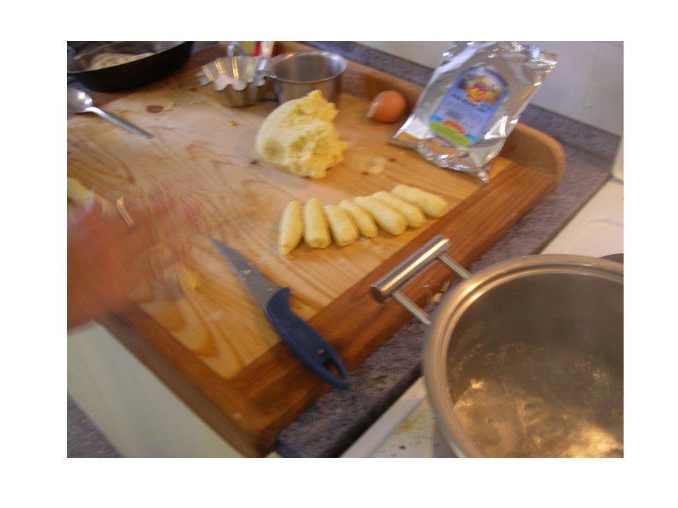 Základní postup bramborového těsta Uvařené a oloupané brambory ve slupce nastrouháme, nebo umeleme, přidáme sůl, vejce, krupici, hrubou mouku a vypracujeme tužší těsto, ihned zpracujeme, jinak zřídne.