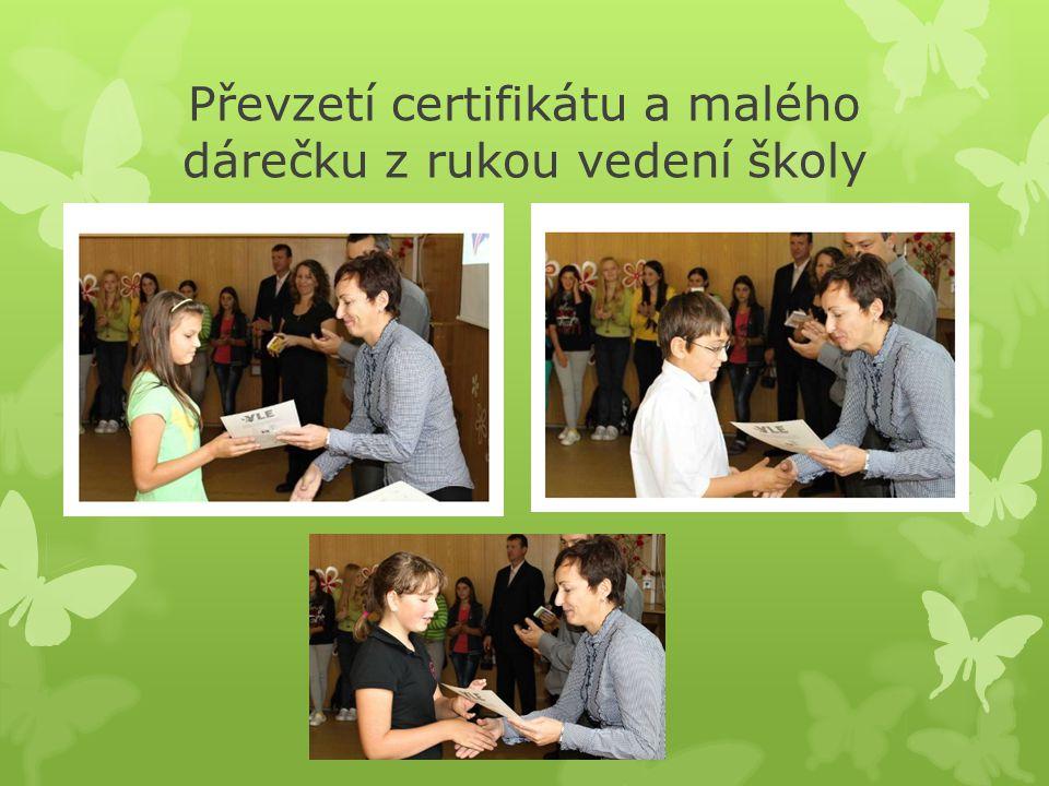 Převzetí certifikátu a malého dárečku z rukou vedení školy