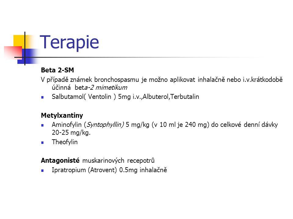 Terapie Beta 2-SM V případě známek bronchospasmu je možno aplikovat inhalačně nebo i.v.krátkodobě účinná beta-2 mimetikum Salbutamol( Ventolin ) 5mg i.v.,Albuterol,Terbutalin Metylxantiny Aminofylin (Syntophyllin) 5 mg/kg (v 10 ml je 240 mg) do celkové denní dávky 20-25 mg/kg.