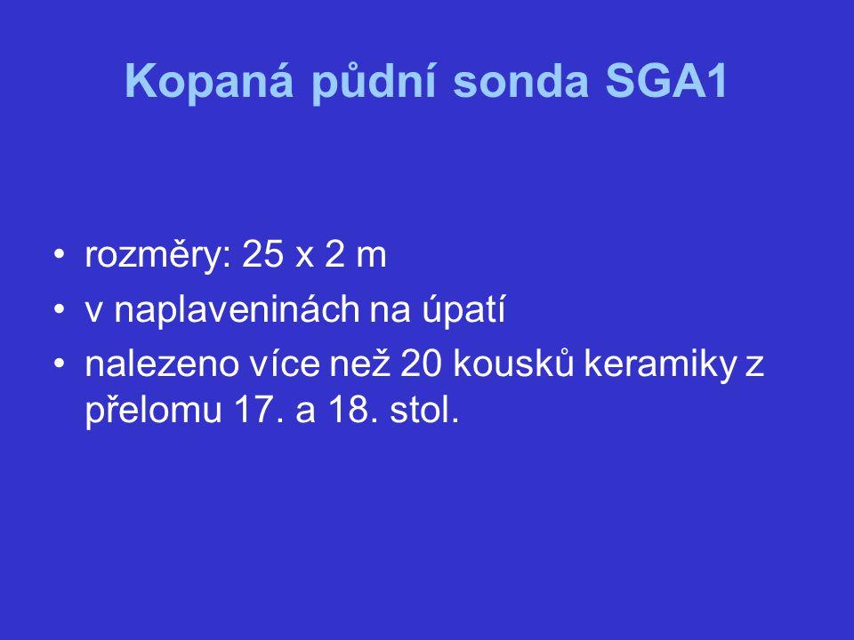 Kopaná půdní sonda SGA1 rozměry: 25 x 2 m v naplaveninách na úpatí nalezeno více než 20 kousků keramiky z přelomu 17. a 18. stol.