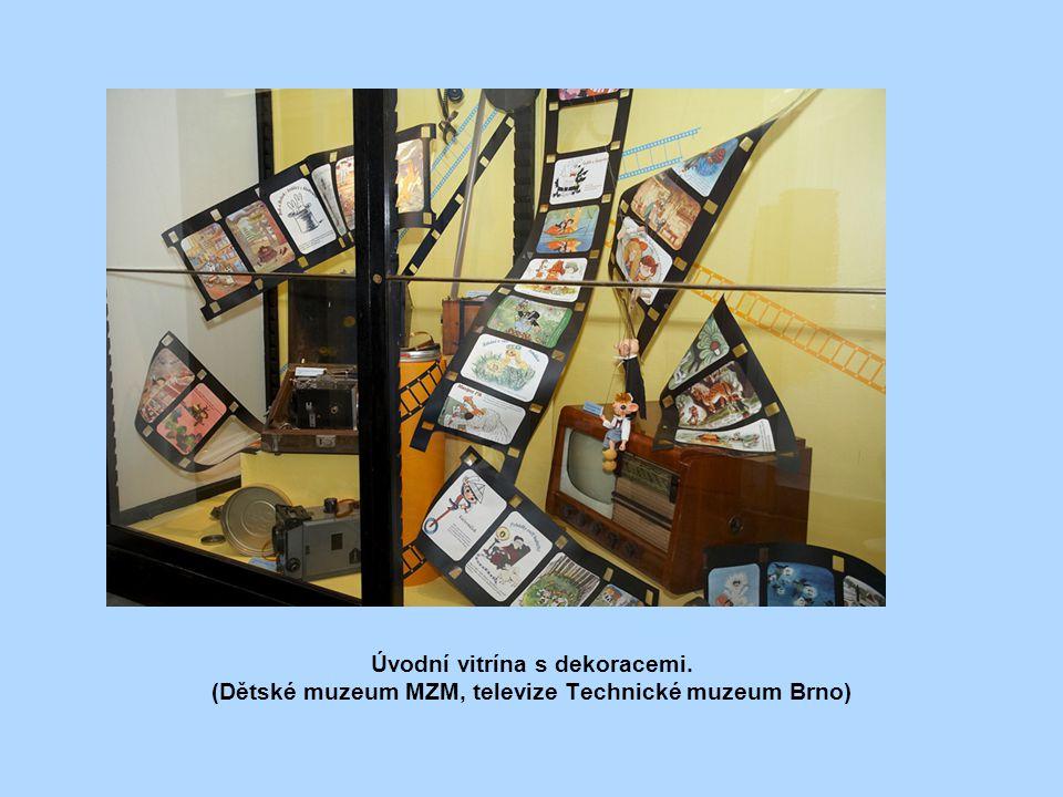 Úvodní vitrína s dekoracemi. (Dětské muzeum MZM, televize Technické muzeum Brno)
