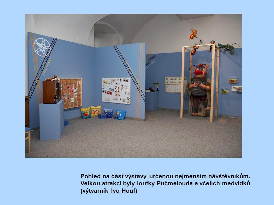 Pohled na část výstavy určenou nejmenším návštěvníkům. Velkou atrakcí byly loutky Pučmelouda a včelích medvídků (výtvarník Ivo Houf)