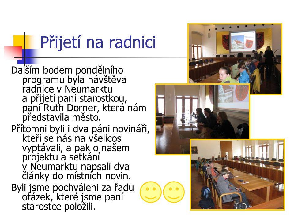 Přijetí na radnici Dalším bodem pondělního programu byla návštěva radnice v Neumarktu a přijetí paní starostkou, paní Ruth Dorner, která nám představi