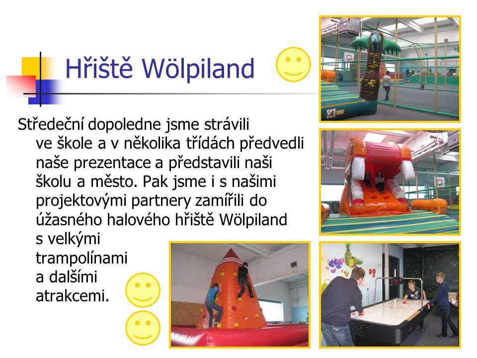 Hřiště Wölpiland Středeční dopoledne jsme strávili ve škole a v několika třídách předvedli naše prezentace a představili naši školu a město. Pak jsme