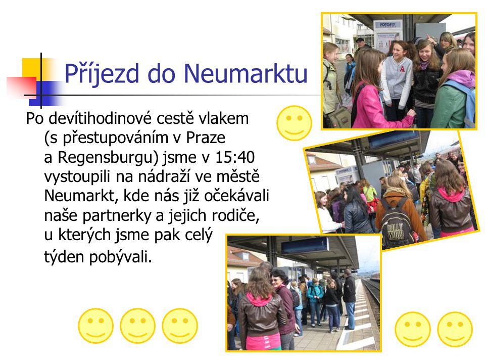 Příjezd do Neumarktu Po devítihodinové cestě vlakem (s přestupováním v Praze a Regensburgu) jsme v 15:40 vystoupili na nádraží ve městě Neumarkt, kde