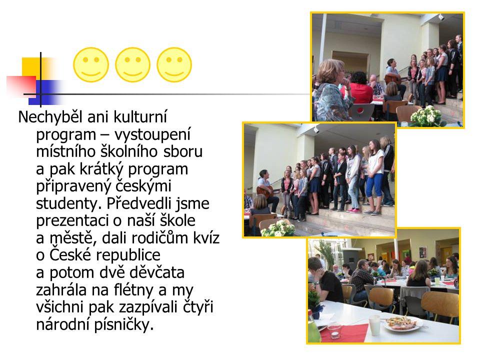 Nechyběl ani kulturní program – vystoupení místního školního sboru a pak krátký program připravený českými studenty. Předvedli jsme prezentaci o naší