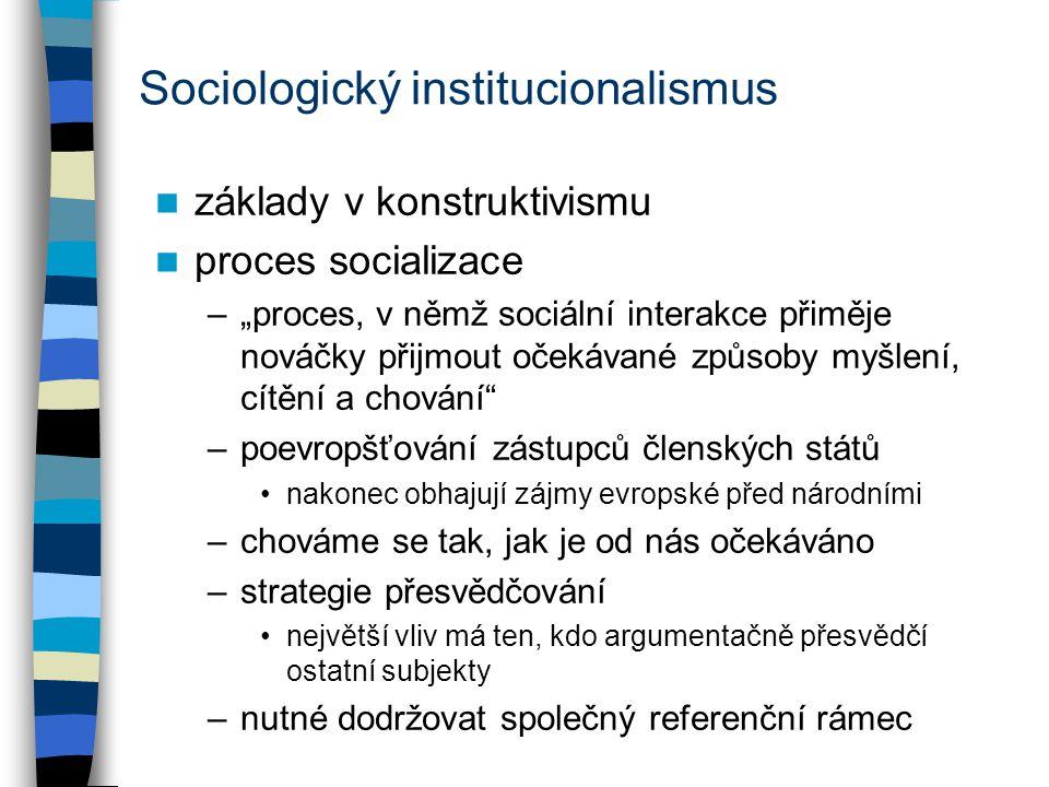 """Sociologický institucionalismus základy v konstruktivismu proces socializace –""""proces, v němž sociální interakce přiměje nováčky přijmout očekávané zp"""