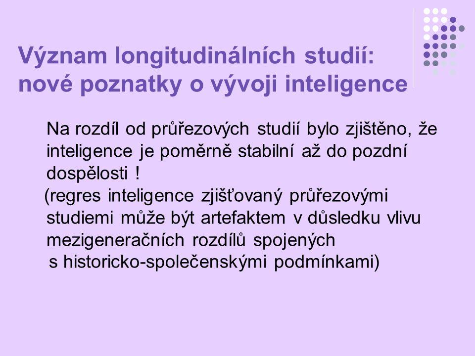 Změny v kognitivních schopnostech: interindividuální rozdíly – s věkem se rozptyl v inteligenčních testech zvyšuje (především krystalická inteligence) intraindividuální rozdíly – s věkem interkorelace mezi faktory inteligence klesají (rozpad faktor G na speciální schopnosti) Čím nižší věk a čím nižší úroveň inteligence, tím méně faktorů může strukturu inteligence vysvětlit.