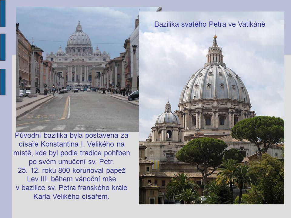Původní bazilika byla postavena za císaře Konstantina I. Velikého na místě, kde byl podle tradice pohřben po svém umučení sv. Petr. 25. 12. roku 800 k