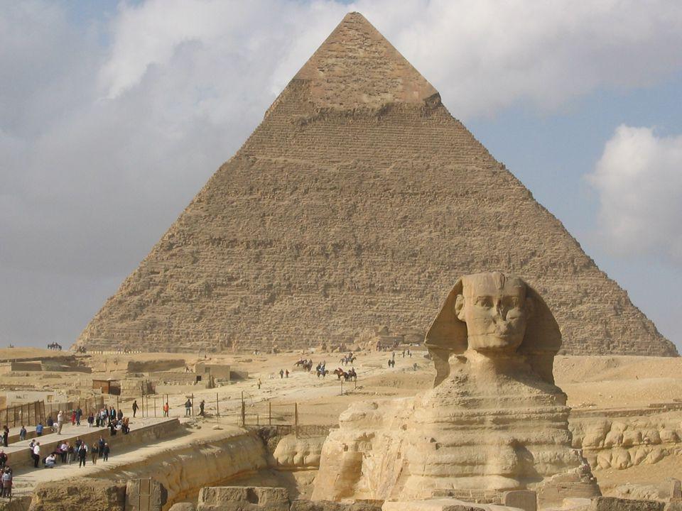 Rachefova pyramida 2 Pohřební komora se zde nachází pod povrchem, vytesana do skalního podloží, přístupová cesta k ní je mnohem jednodušší, než u pyra