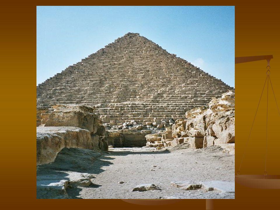Menkaureova pyramida 2 Jeho pyramida je na poli v Gíze nejmenší, ale i tak už po něm nikdo vyšší pyramidu nepostavil. Základna pyramidy měří 108.4 met