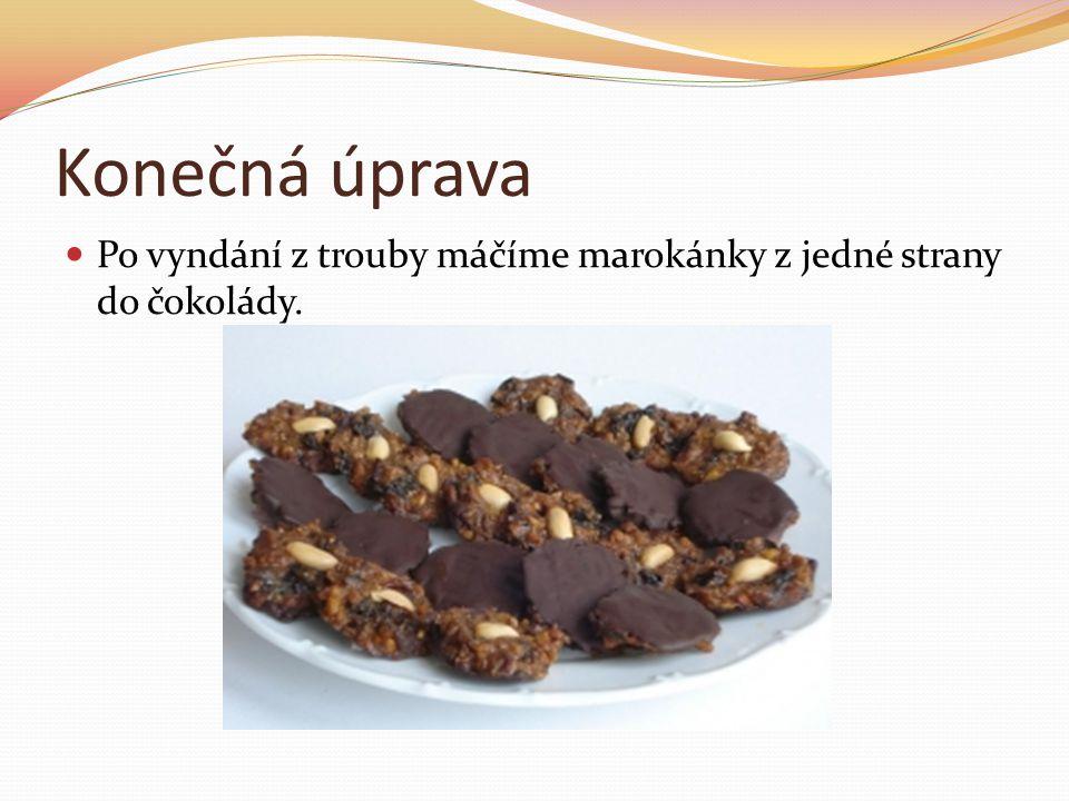 Konečná úprava Po vyndání z trouby máčíme marokánky z jedné strany do čokolády.