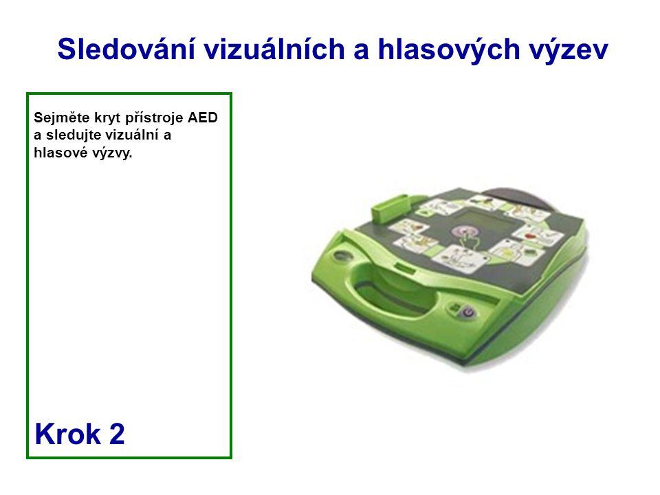 Sejměte kryt přístroje AED a sledujte vizuální a hlasové výzvy. Krok 2 Sledování vizuálních a hlasových výzev