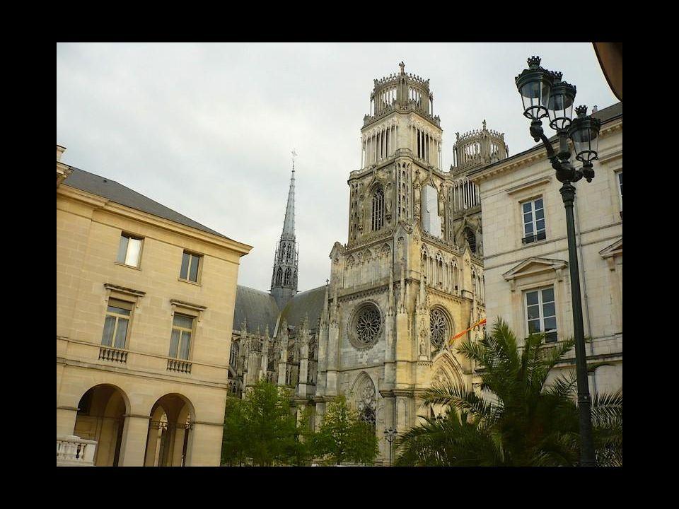 Krásnými vnitřními oblouky a nádherně zachovalým vnějším opěrným systémem je katedrála v Orléans skutečným korunním klenotem města. je katedrála v Orl