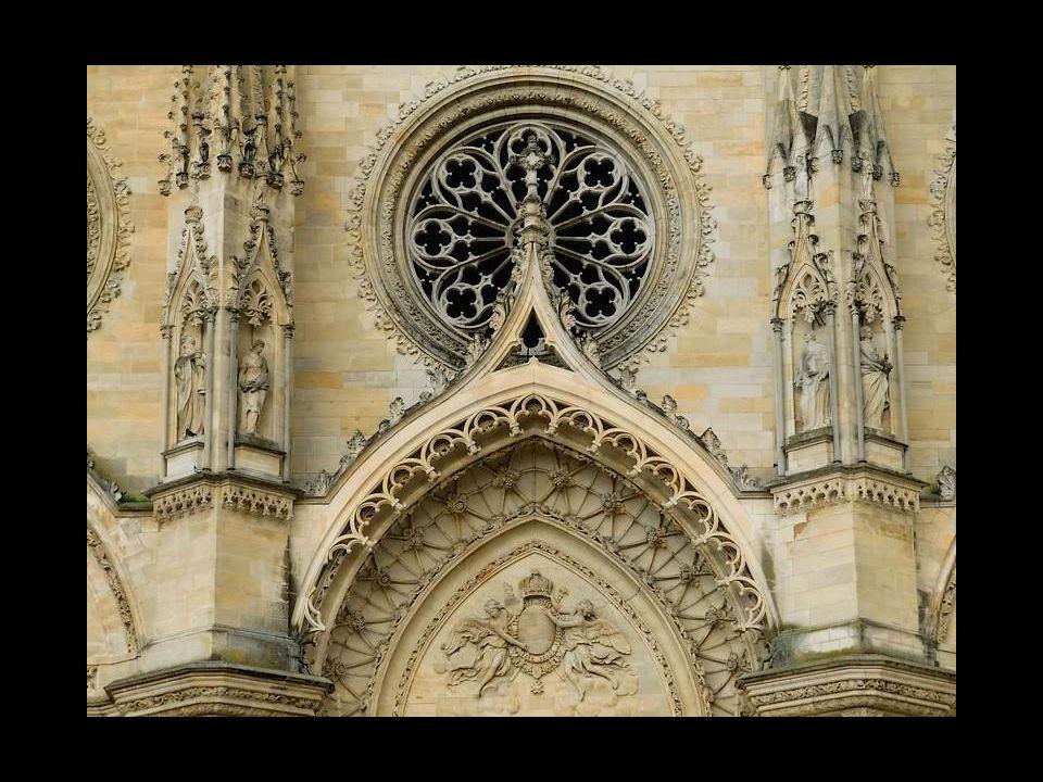 Lidé slaví osvobození města od Angličanů alegorickým průvodem a požehnáním v místní katedrále.