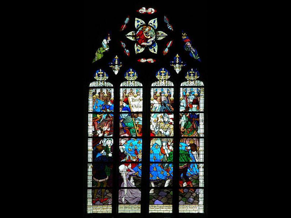Vitráže katedrály zobrazují příběh svaté Jany z Arku, která město slavně osvobodila od anglické nadvlády.