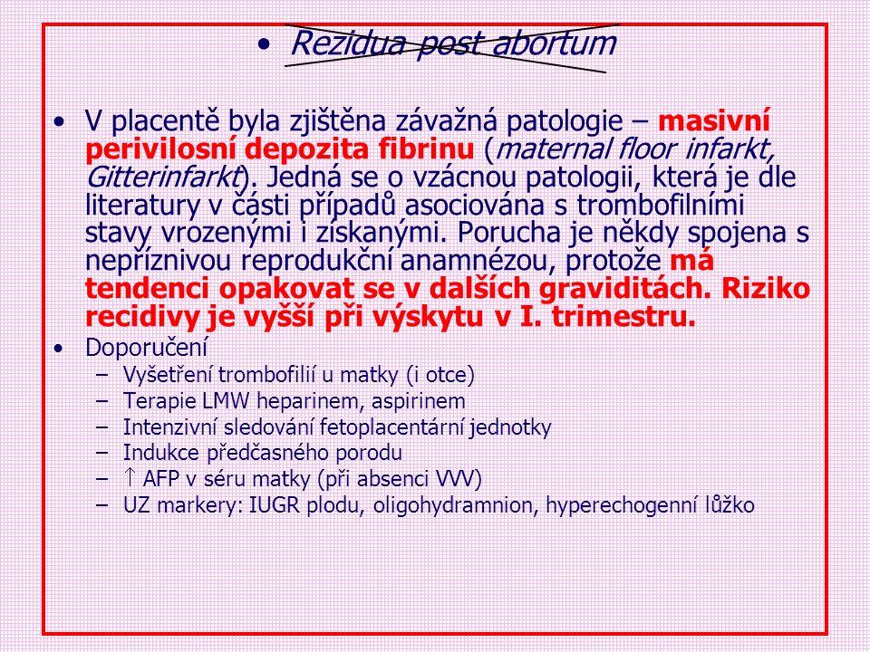 Rezidua post abortum V placentě byla zjištěna závažná patologie – masivní perivilosní depozita fibrinu (maternal floor infarkt, Gitterinfarkt). Jedná
