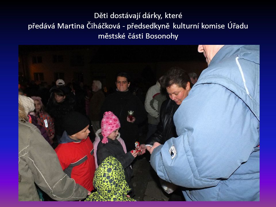 Děti dostávají dárky, které předává Martina Čiháčková - předsedkyně kulturní komise Úřadu městské části Bosonohy