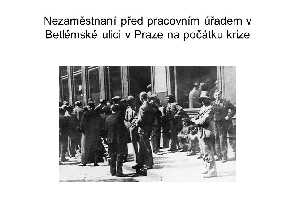 Nezaměstnaní před pracovním úřadem v Betlémské ulici v Praze na počátku krize