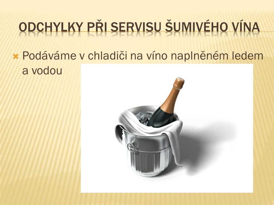  Podáváme v chladiči na víno naplněném ledem a vodou