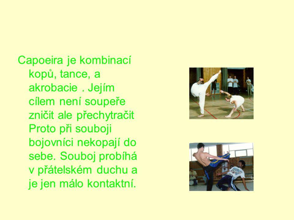 Capoeira je kombinací kopů, tance, a akrobacie.