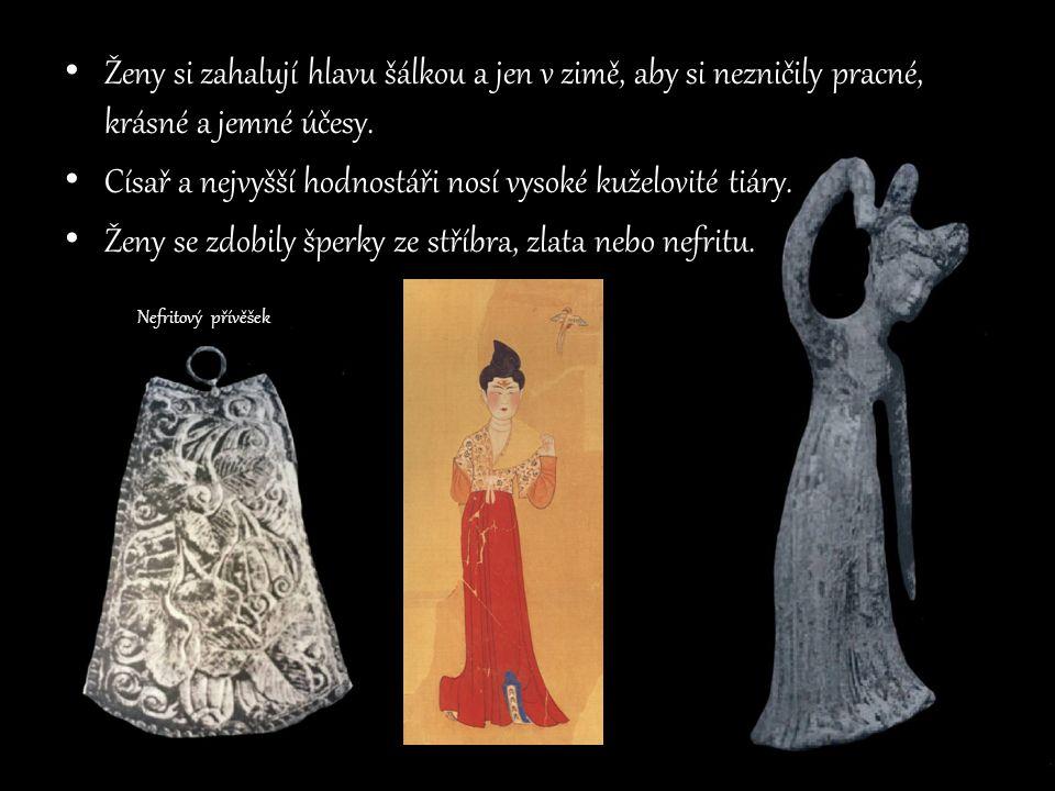 Ženy si zahalují hlavu šálkou a jen v zimě, aby si nezničily pracné, krásné a jemné účesy. Císař a nejvyšší hodnostáři nosí vysoké kuželovité tiáry. Ž
