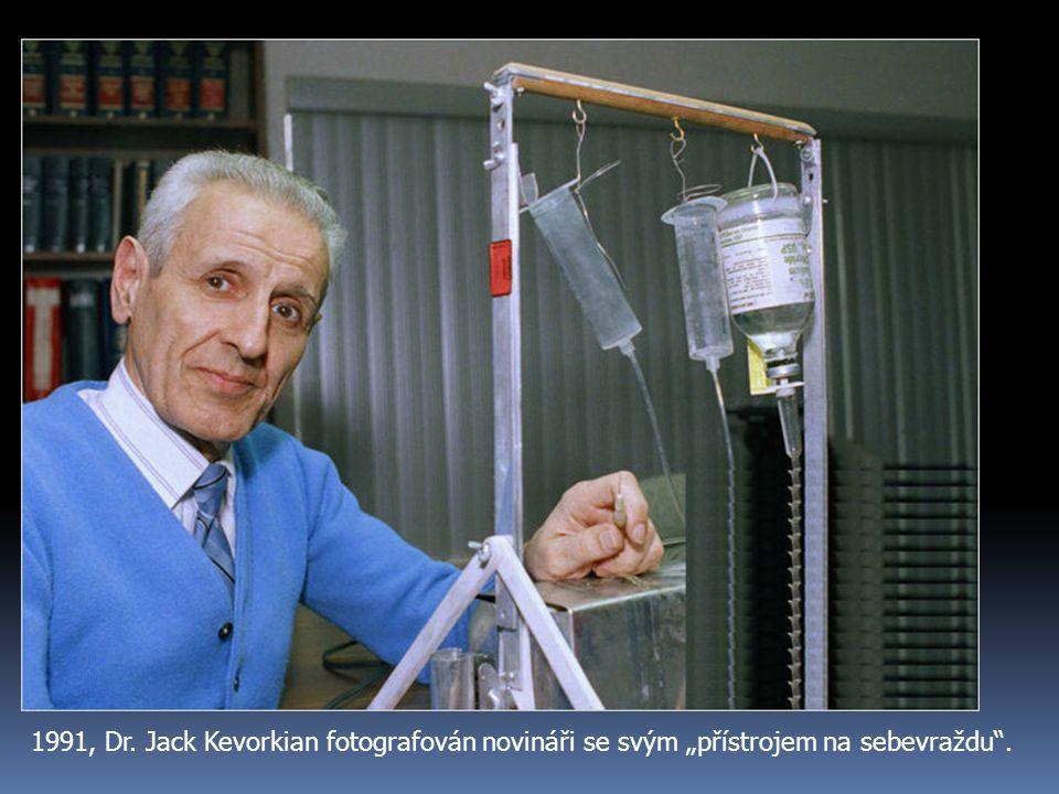 """1991, Dr. Jack Kevorkian fotografován novináři se svým """"přístrojem na sebevraždu""""."""