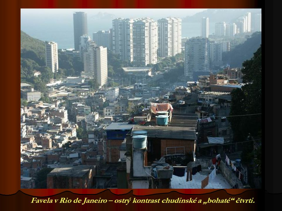 "Favela v Rio de Janeiro – ostrý kontrast chudinské a ""bohaté"" čtvrti."