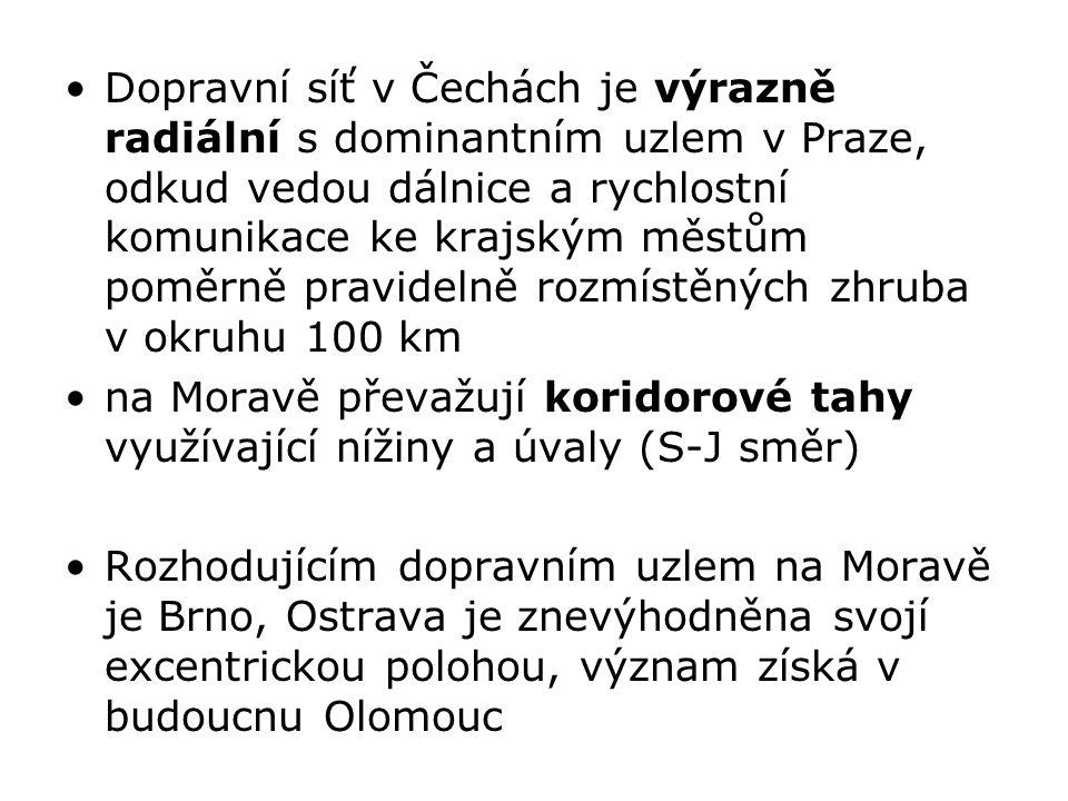 Dopravní síť v Čechách je výrazně radiální s dominantním uzlem v Praze, odkud vedou dálnice a rychlostní komunikace ke krajským městům poměrně pravidelně rozmístěných zhruba v okruhu 100 km na Moravě převažují koridorové tahy využívající nížiny a úvaly (S-J směr) Rozhodujícím dopravním uzlem na Moravě je Brno, Ostrava je znevýhodněna svojí excentrickou polohou, význam získá v budoucnu Olomouc