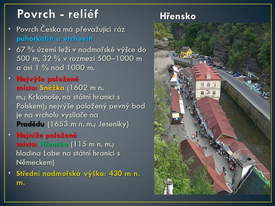 Povrch Česka má převažující ráz pahorkatin a vrchovin Povrch Česka má převažující ráz pahorkatin a vrchovin 67 % území leží v nadmořské výšce do 500 m, 32 % v rozmezí 500–1000 m a asi 1 % nad 1000 m.
