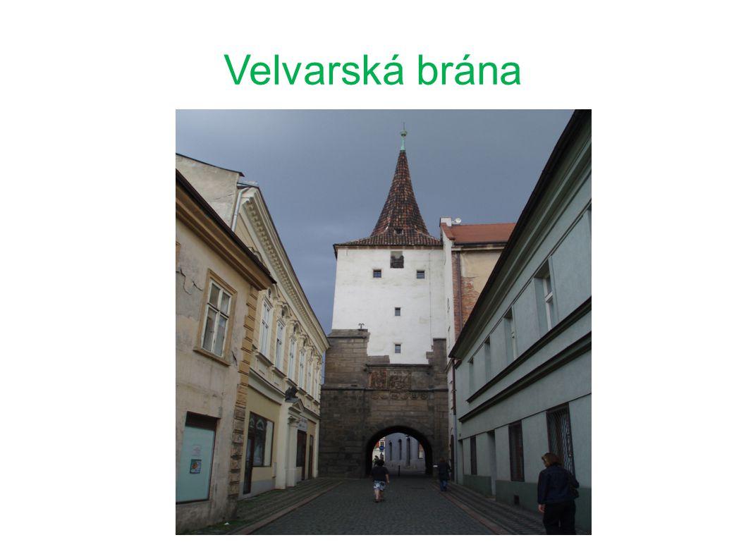38 m vysoká věž z období gotiky, první zprávy pochází z roku 1443 patřila k původnímu středověkému městskému opevnění z let 1460 – 1480 na bráně je umístěno 6 cechovních znaků např.sladovnický, hrnčířský, tkalcovský...
