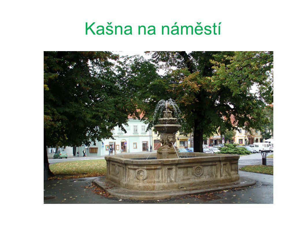 """původní kruhová kašna pocházela z roku 1529 nová kašna byla postavena roku 1825 do současné podoby ji přetvořil sochař Wurzel v roce 1873 nazývá se """"Kašna čtyř prezidentů – na počest setkání prezidentů vyšegradské čtyřky roku 2006"""