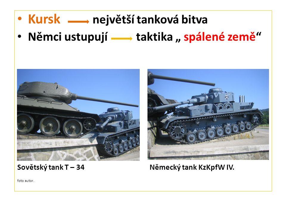 """Kursk největší tanková bitva Němci ustupují taktika """" spálené země Sovětský tank T – 34 Německý tank KzKpfW IV."""