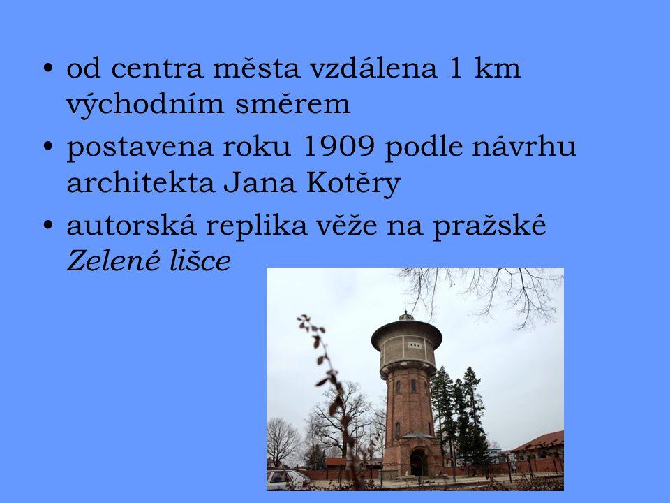 od centra města vzdálena 1 km východním směrem postavena roku 1909 podle návrhu architekta Jana Kotěry autorská replika věže na pražské Zelené lišce