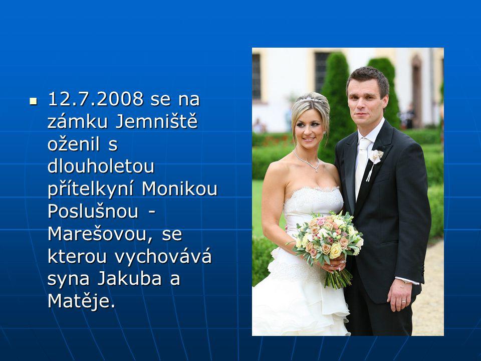12.7.2008 se na zámku Jemniště oženil s dlouholetou přítelkyní Monikou Poslušnou - Marešovou, se kterou vychovává syna Jakuba a Matěje.