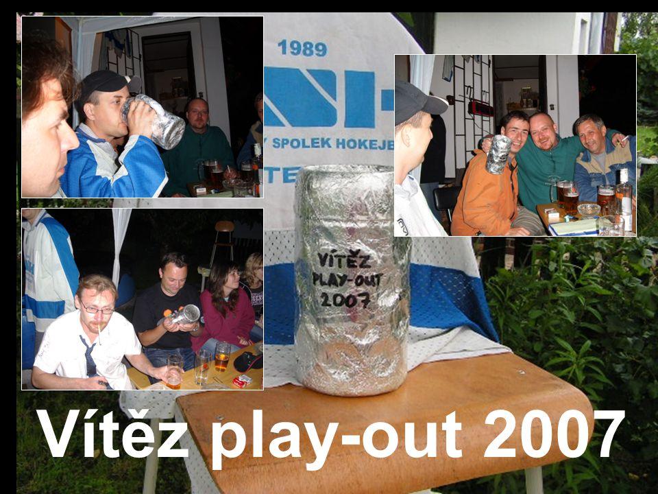 Vítěz play-out 2007 Někdo z poháru pil!Někdo si ho prohlížel!A někdo ho pouze držel!