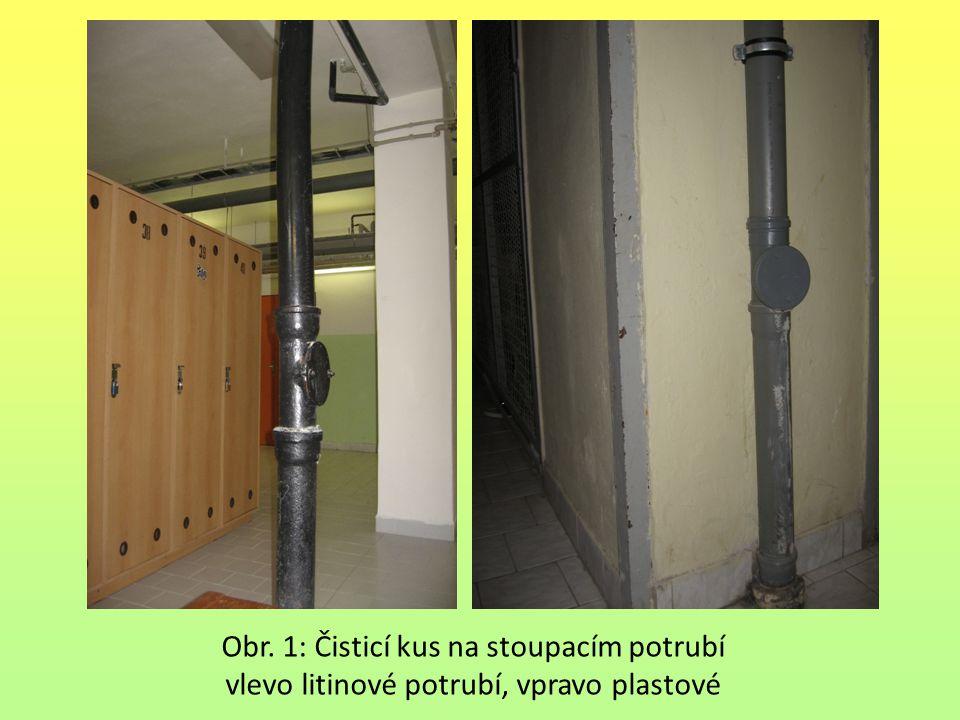 Obr. 1: Čisticí kus na stoupacím potrubí vlevo litinové potrubí, vpravo plastové