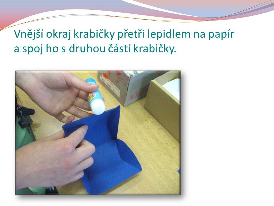 Vnější okraj krabičky přetři lepidlem na papír a spoj ho s druhou částí krabičky.