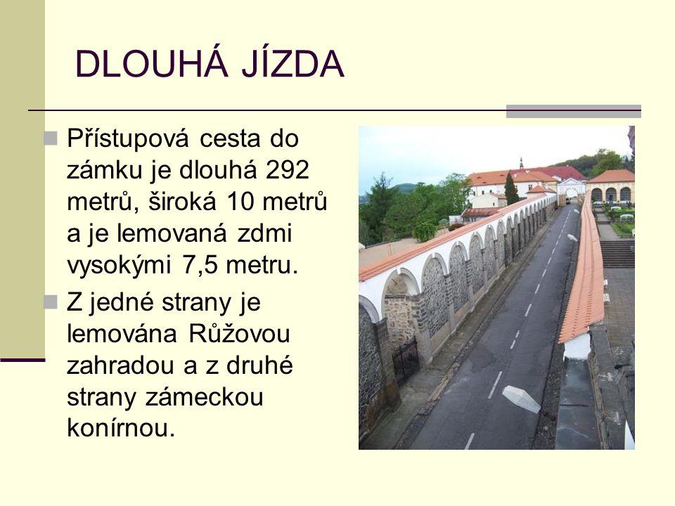DLOUHÁ JÍZDA Přístupová cesta do zámku je dlouhá 292 metrů, široká 10 metrů a je lemovaná zdmi vysokými 7,5 metru. Z jedné strany je lemována Růžovou