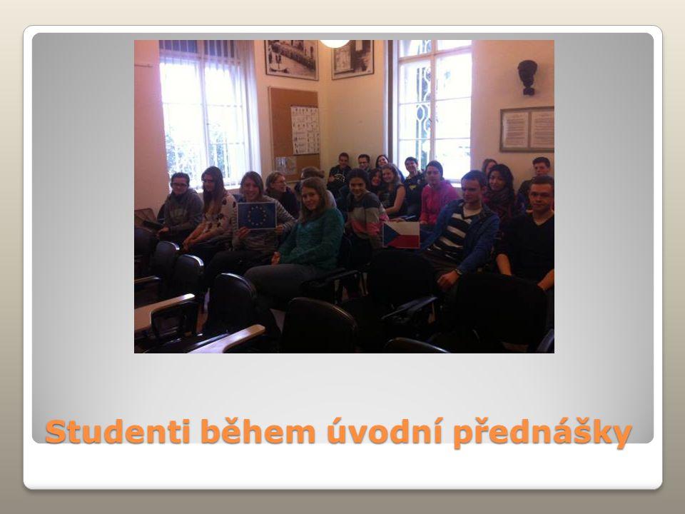 Studenti během úvodní přednášky