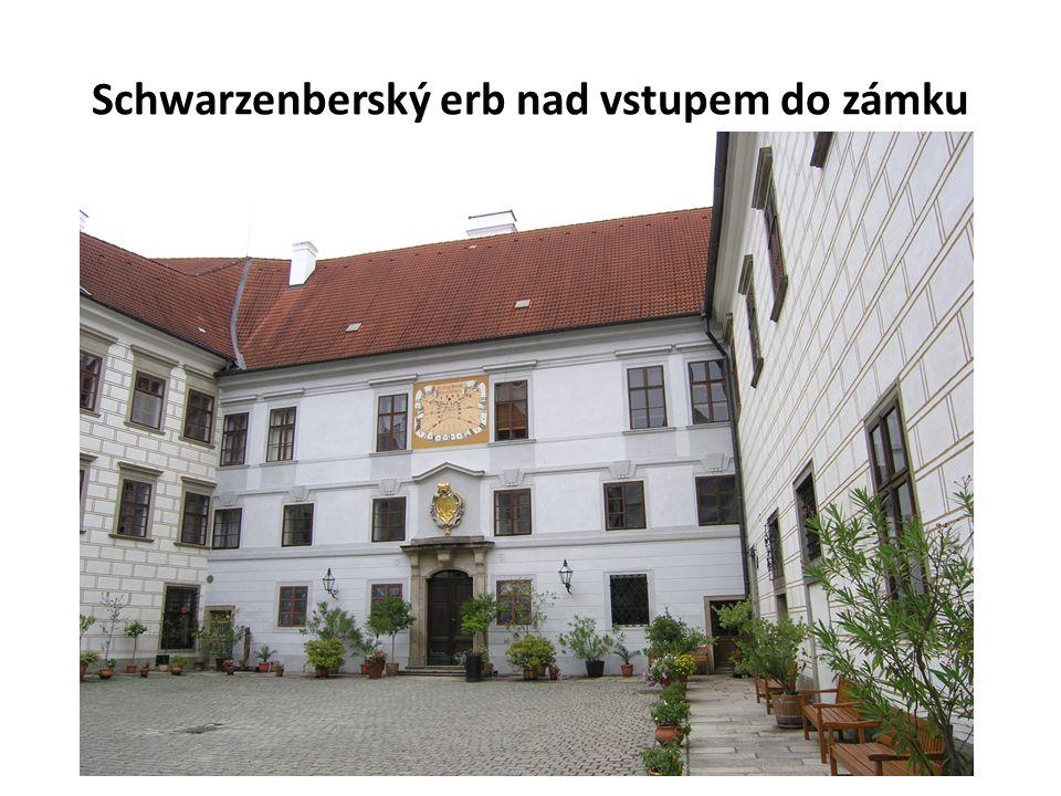 Schwarzenberský erb nad vstupem do zámku