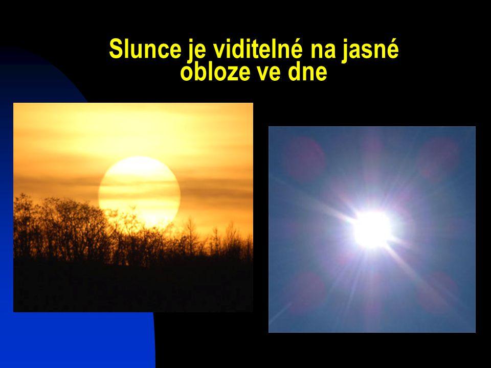Slunce je viditelné na jasné obloze ve dne