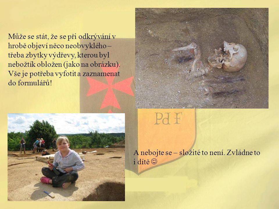 Může se stát, že se při odkrývání v hrobě objeví něco neobvyklého – třeba zbytky výdřevy, kterou byl nebožtík obložen (jako na obrázku). Vše je potřeb