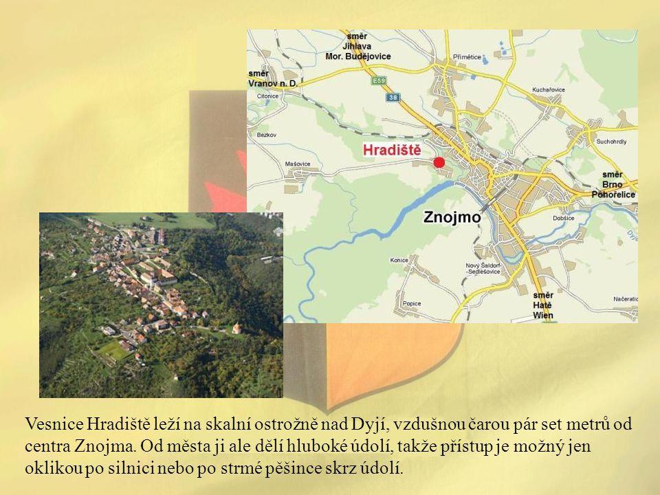Vesnice Hradiště leží na skalní ostrožně nad Dyjí, vzdušnou čarou pár set metrů od centra Znojma. Od města ji ale dělí hluboké údolí, takže přístup je