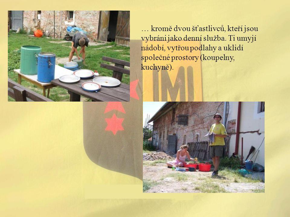 … kromě dvou šťastlivců, kteří jsou vybráni jako denní služba. Ti umyjí nádobí, vytřou podlahy a uklidí společné prostory (koupelny, kuchyně).