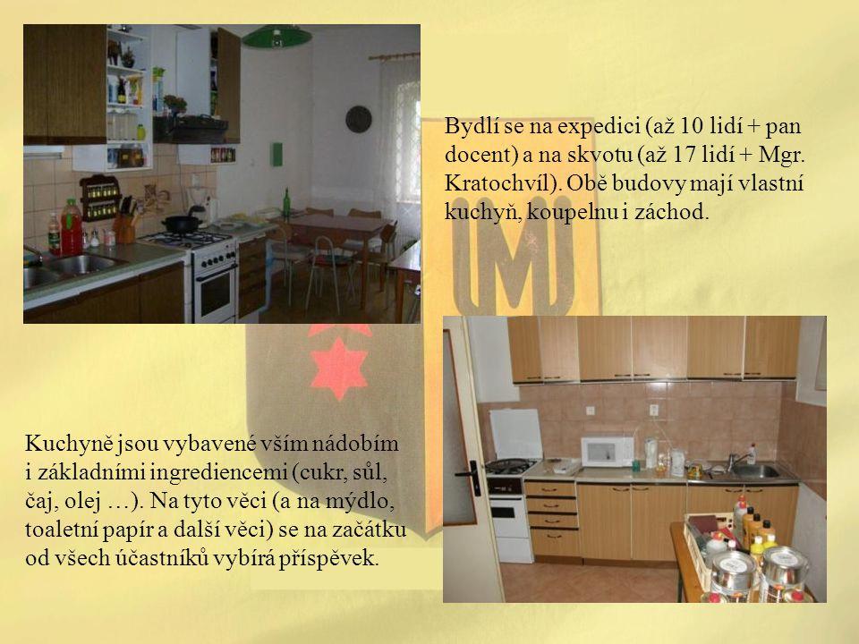Bydlí se na expedici (až 10 lidí + pan docent) a na skvotu (až 17 lidí + Mgr. Kratochvíl). Obě budovy mají vlastní kuchyň, koupelnu i záchod. Kuchyně