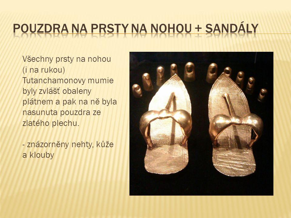 Všechny prsty na nohou (i na rukou) Tutanchamonovy mumie byly zvlášť obaleny plátnem a pak na ně byla nasunuta pouzdra ze zlatého plechu.