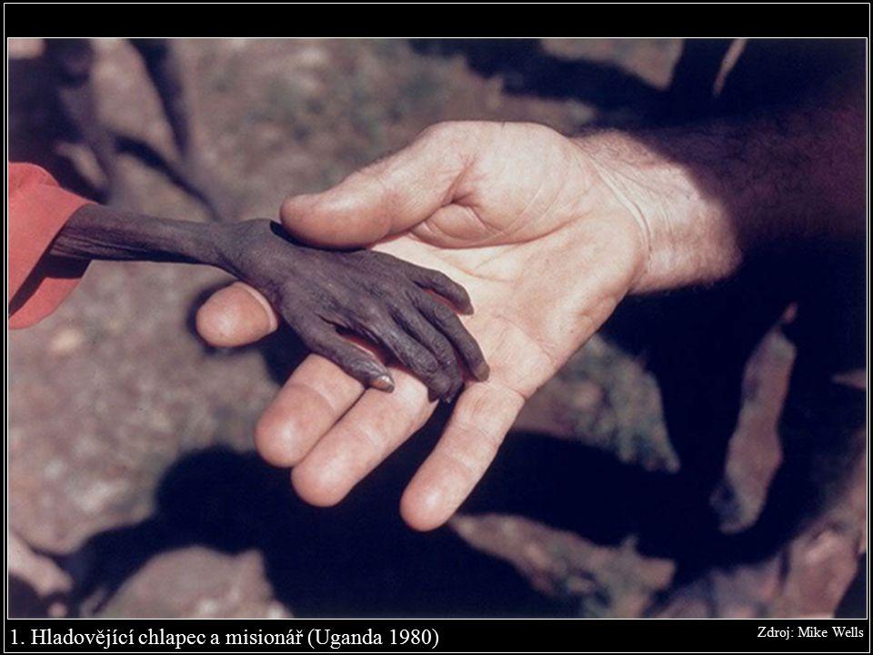 1. Hladovějící chlapec a misionář (Uganda 1980) Zdroj: Mike Wells