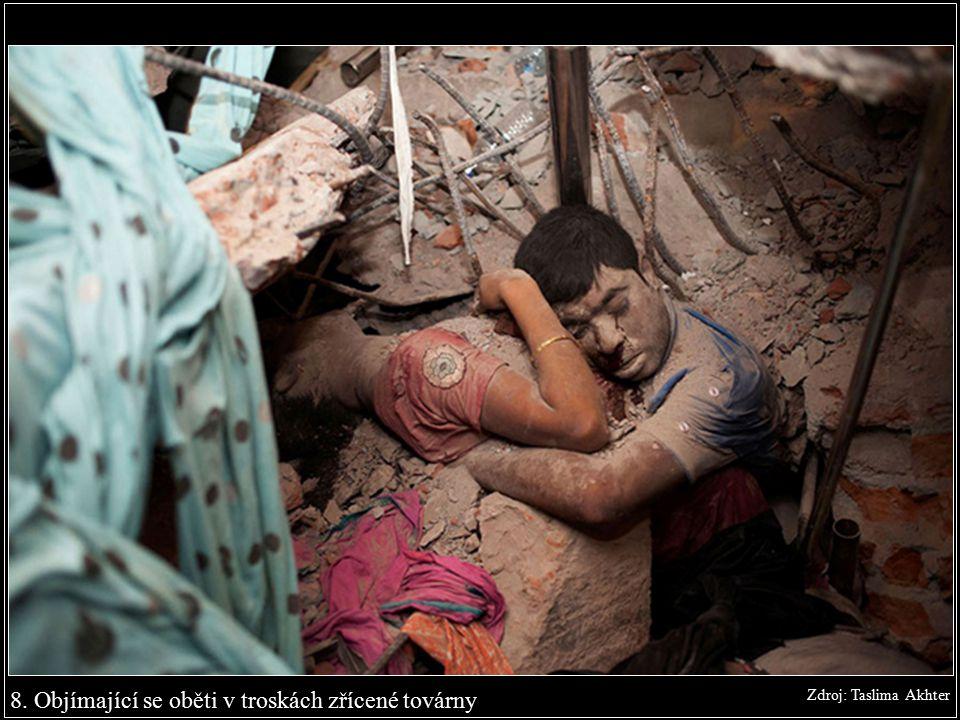 8. Objímající se oběti v troskách zřícené továrny Zdroj: Taslima Akhter